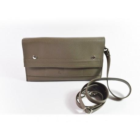 GAMBIE, la pochette en cuir idéale pour le shopping! GAMBIE est fabriquée en France et de façon artisanale